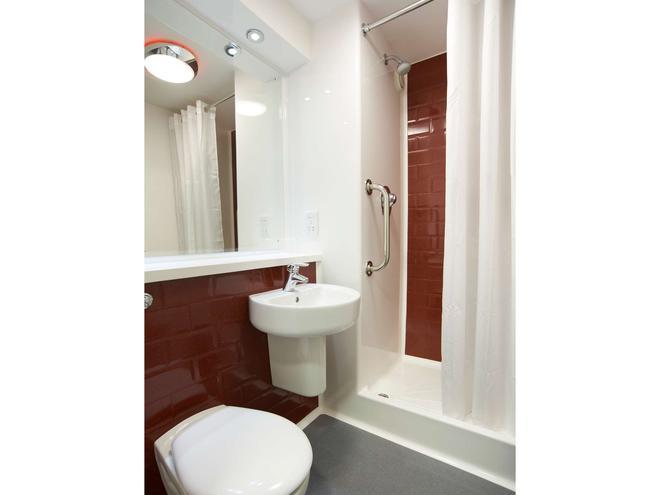 Travelodge Cardiff Atlantic Wharf - Cardiff - Bathroom