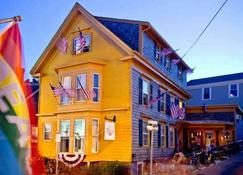 Crew's Quarters - Only All Male Guesthouse - Provincetown - Rakennus