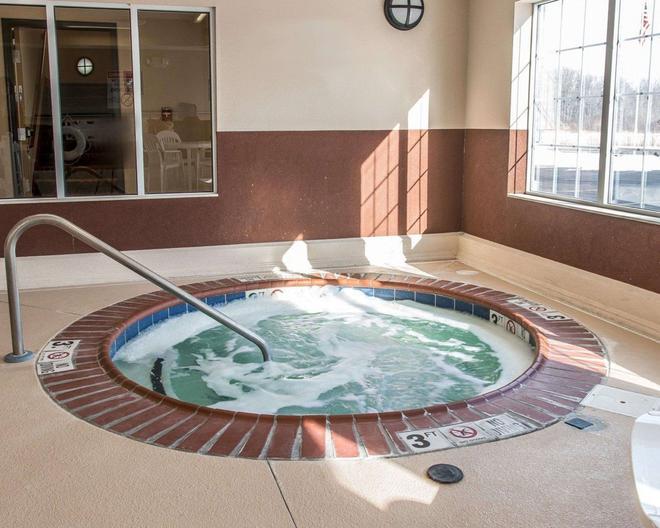 Quality Inn Near Interstate I94 - New Buffalo - Pool