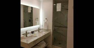 Best Western Plus Sunset Plaza Hotel - Los Angeles - Bathroom