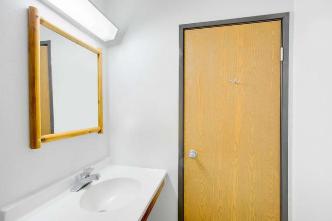 沃倫地區喬治河速 8 酒店 - 萊克喬治 - 喬治湖 - 浴室