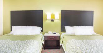 Days Inn by Wyndham Lexington NE - Lexington - Bedroom
