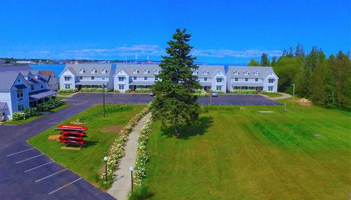 Clearwater Lakeshore Motel - Mackinaw City - Building