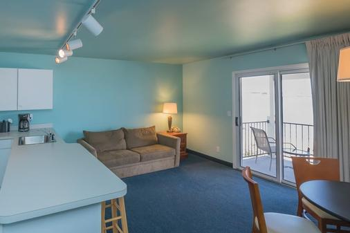 Clearwater Lakeshore Motel - Mackinaw City - Living room
