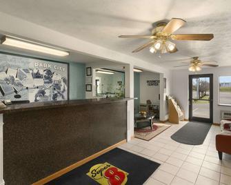 Super 8 by Wyndham Park City/North Wichita Area - Park City - Rezeption