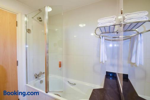 Premier Inn Dubai International Airport - Dubai - Bathroom