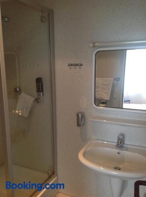 Hotel Zum Weinberg - Cremlingen - Bathroom