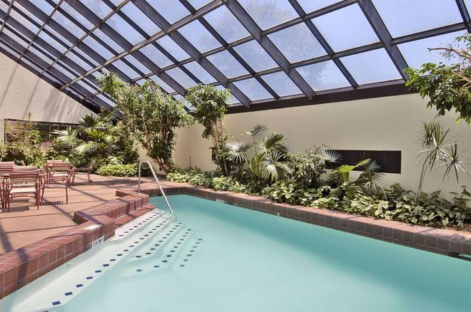 Ramada Hotel & Conf Center by Wyndham, Augusta Downtown - Augusta - Pool