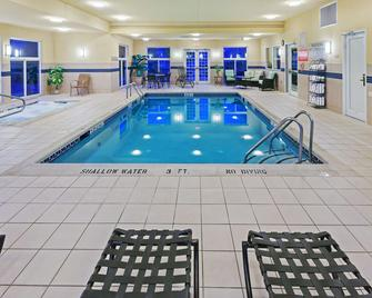 Country Inn & Suites by Radisson, Lewisburg, PA - Lewisburg - Zwembad