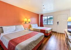 Motel 6 Salinas North Monterey Area - Salinas - Bedroom