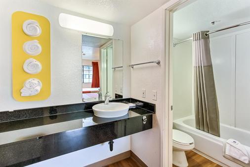 Motel 6 Salinas North Monterey Area - Salinas - Bathroom