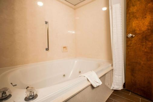 Comfort Inn & Suites at Dollywood Lane - Pigeon Forge - Bathroom