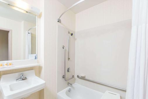 Days Inn by Wyndham Des Moines-West Clive - Clive - Bathroom
