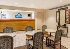 Days Inn by Wyndham Des Moines-West Clive - Clive - Lobby