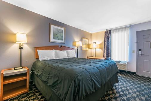 Rodeway Inn Louisville - Louisville - Bedroom