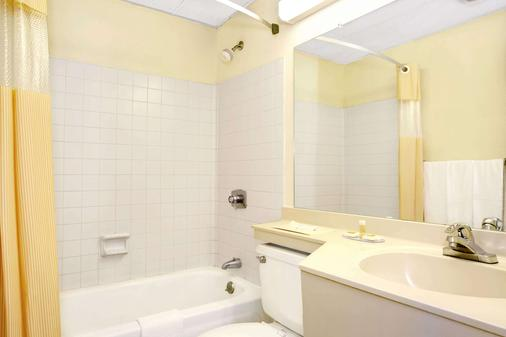 Days Inn by Wyndham Sharonville - Sharonville - Bathroom