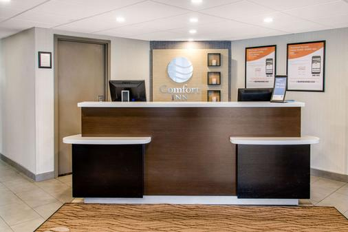 Comfort Inn Montreal Aeroport - Pointe-Claire - Front desk