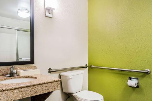 Sleep Inn and Suites Dothan - Dothan - Bathroom