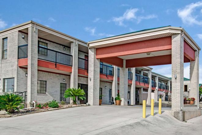 Days Inn by Wyndham San Antonio Near Fiesta Park - San Antonio - Building
