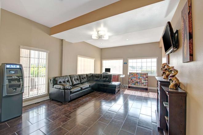 Days Inn by Wyndham San Antonio Near Fiesta Park - San Antonio - Living room