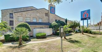 Motel 6 Dallas - Galleria - Dallas - Building