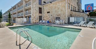 Motel 6 Dallas - Galleria - Dallas - Bể bơi
