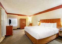 La Quinta Inn & Suites by Wyndham Charlotte Airport North - Charlotte - Bedroom