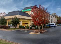 La Quinta Inn & Suites by Wyndham Charlotte Airport North - Charlotte - Building