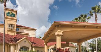 La Quinta Inn & Suites by Wyndham Orlando Airport North - Orlando - Building