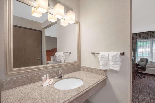 Baymont by Wyndham Jackson - Jackson - Bathroom