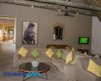 Cradle Moon Lakeside Game Lodge - Muldersdrif - Living room