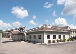 Days Inn by Wyndham Watertown - Watertown - Building
