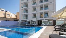 拉爾科都市最佳西方優質酒店 - 拉納卡 - 游泳池