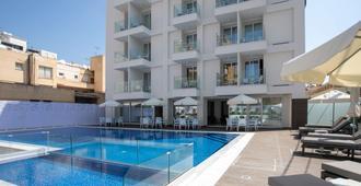 Best Western Plus Larco Hotel - לרנקה - בריכה