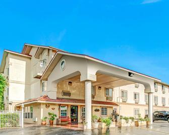 Super 8 by Wyndham San Antonio/Fiesta - San Antonio - Building