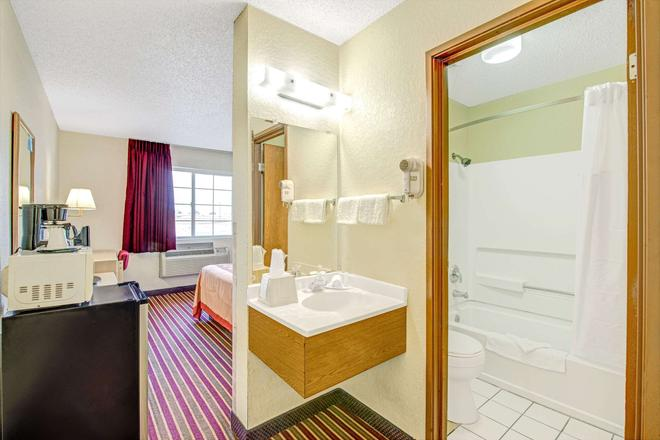 Super 8 by Wyndham San Antonio/Fiesta - San Antonio - Bathroom