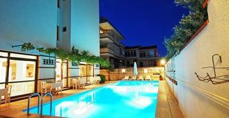 Bayram Hotel - צזמה - בריכה