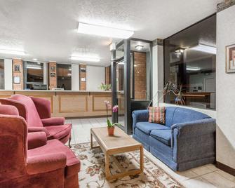 Days Inn by Wyndham Bedford - Bedford - Lobby