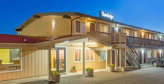 Travelodge by Wyndham Newport - Newport - Building
