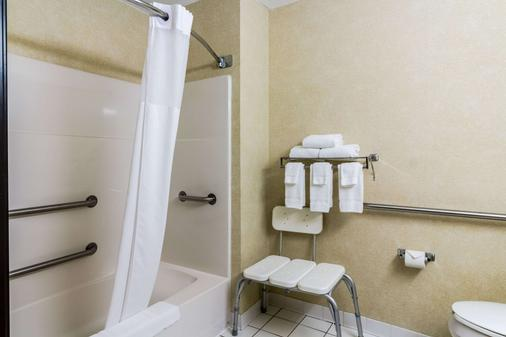 Quality Inn - Grand Forks - Bathroom