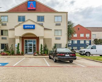 Studio 6 Dallas, TX - Dallas - Building