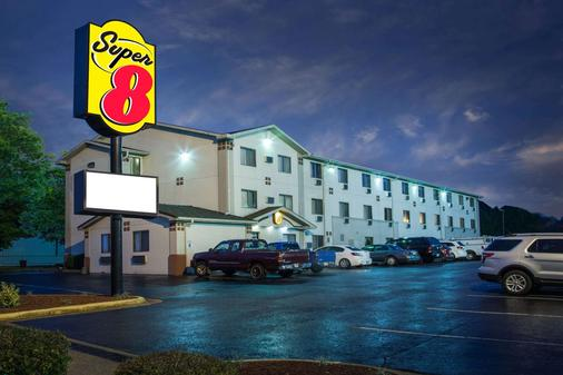 Super 8 by Wyndham Hot Springs - Hot Springs - Building