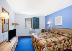 Super 8 by Wyndham Hot Springs - Hot Springs - Bedroom