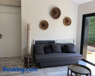 t2 indépendant dans maison avec piscine proche bordeaux - Езін - Living room