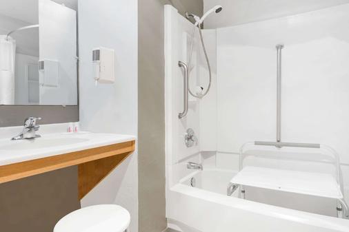 Super 8 by Wyndham Bremerton - Bremerton - Bathroom