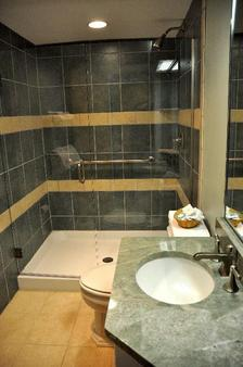 Newport Bay Club and Hotel - Newport - Phòng tắm