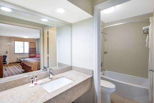 Super 8 Burlington NC - Burlington - Bathroom