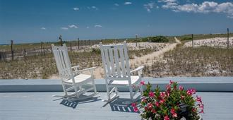 East Harbour Motel and Cottages - North Truro - Patio