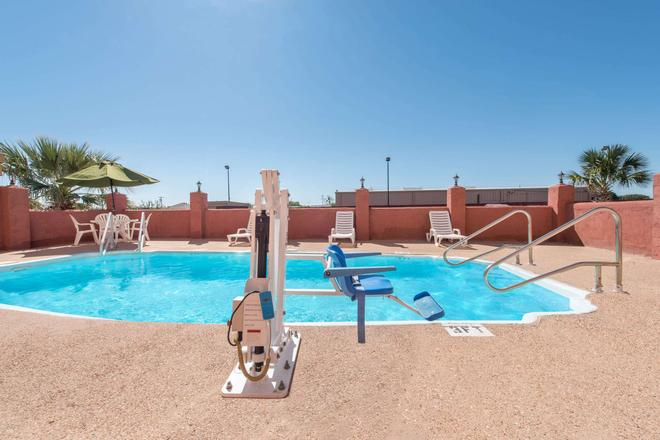 Super 8 by Wyndham Abilene South - Abilene - Pool