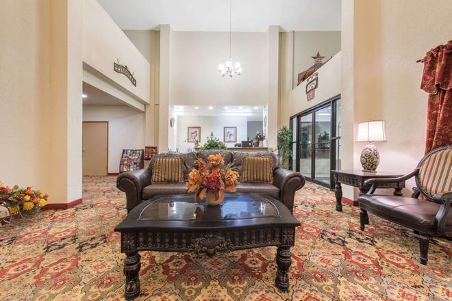 Super 8 by Wyndham Abilene South - Abilene - Living room